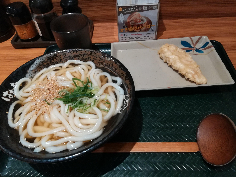 はなまるうどんで、鳥の天ぷらとかけうどん(中サイズ)を食べた