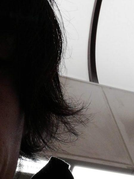 髪の毛のサイドがはねてしまう独身男